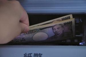 ATMからお札を引き出す様子